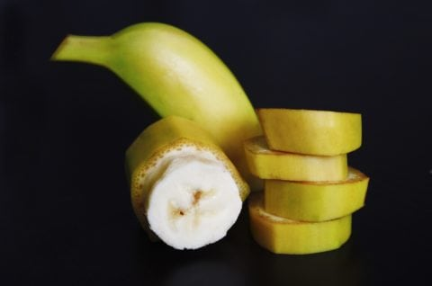 Here's a fun way to slice bananas into bite-sized pieces - so they won't turn brown!