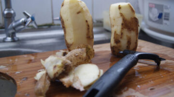 You're Peeling Potatoes Wrong… How To Peel A Potato With Just Your Bare Hands!