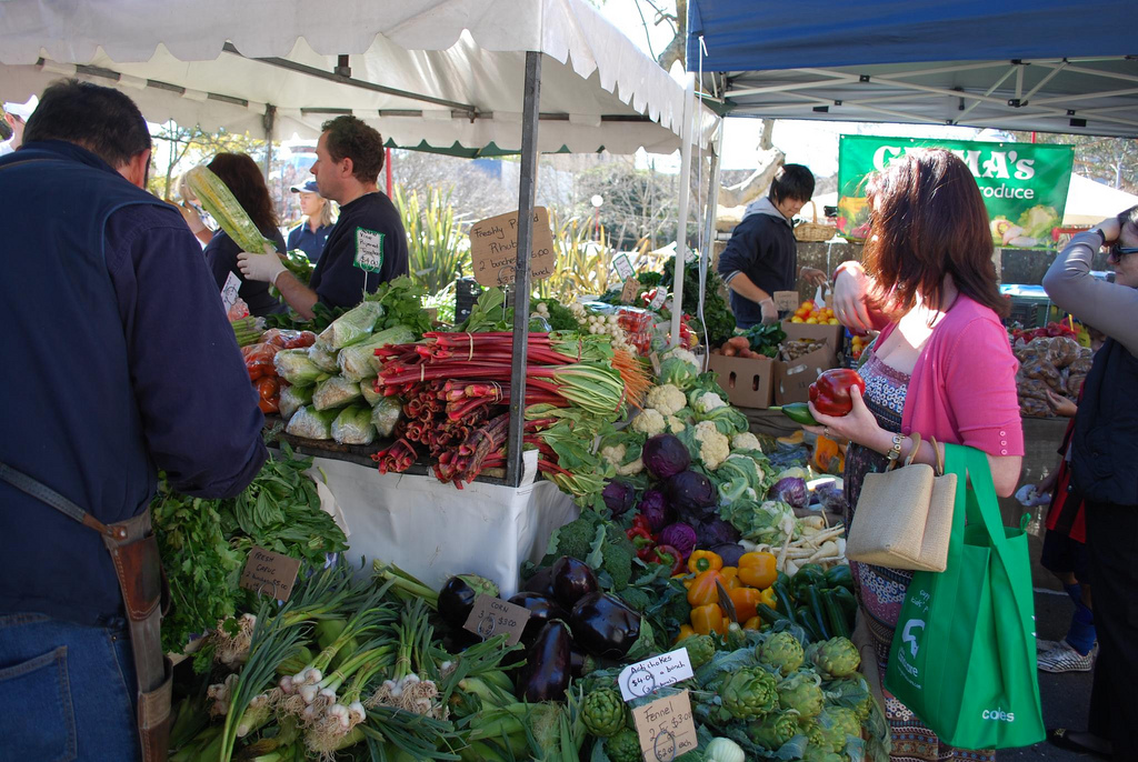 http://food.thefuntimesguide.com/images/blogs/shopping-at-farmers-market-by-avlxyz.jpg